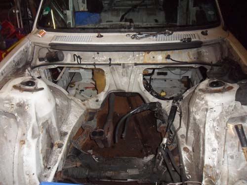 Leergeräumter Motorraum