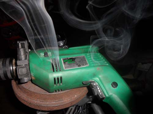 Rauchende Bohrmaschine